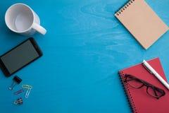 Clipboad A4 en la tabla de madera azul Fotos de archivo libres de regalías