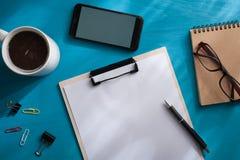 Clipboad A4 en la tabla de madera azul Fotografía de archivo libre de regalías