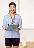 clipboard держит личного тренера Стоковое Изображение