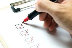 clipboard контрольного списока маркирует померанцовое пер стоковое фото rf