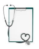 Clipboard och stetoskop i hjärtaform Arkivbild