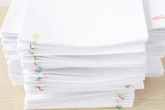 Clipe colorido com a pilha do documento e dos relatórios brancos da sobrecarga Fotos de Stock Royalty Free