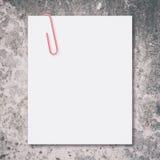 Clipe de papel branco do espaço vazio e do vermelho Foto de Stock Royalty Free