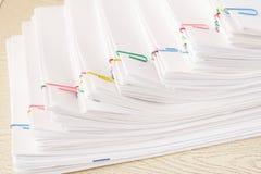 Clipe de papel colorido com a pilha da etapa de papel da sobrecarga Fotografia de Stock Royalty Free
