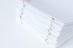 Clipe de papel colorido com a pilha do original e dos relatórios da sobrecarga Foto de Stock Royalty Free