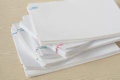 Clipe de papel colorido com a pilha do original e dos relatórios da sobrecarga Imagens de Stock