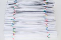 Clipe de papel colorido com a pilha do papel e dos relatórios da sobrecarga Imagens de Stock Royalty Free