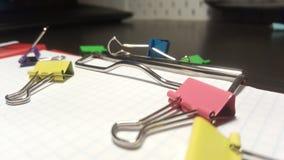 Clipers на доске сзажимом для бумаги стоковая фотография rf