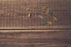 Clipes coloridos no fundo de madeira da tabela do vintage imagem de stock