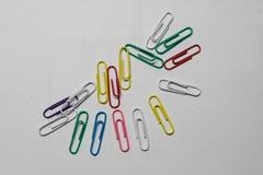 Clipes de papel coloridos empilhados em um c?rculo fotografia de stock royalty free