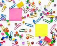 Clipes de papel da escola e dos materiais de escritório, pinos, notas amarelas, etiquetas no fundo branco fotos de stock royalty free