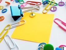 Clipes de papel da escola e dos materiais de escritório, pinos, notas, etiquetas no fundo branco foto de stock royalty free