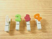 Clipes de papel de madeira, feito a mão colorido como o número Imagem de Stock Royalty Free