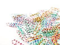 Clipes de papel do metal com teste padrão colorido no plástico Imagens de Stock Royalty Free