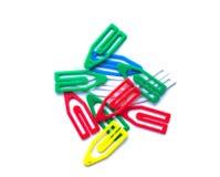 clipes de papel multi-coloridos em um fundo branco Imagens de Stock