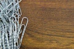Clipes de papel na mesa de madeira Imagem de Stock Royalty Free