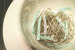 Clipes de papel no vidro do café na vista superior Imagens de Stock
