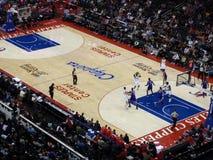 Clippers de speler houdt bal omhoog zoekend iemand stock foto