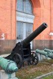 clippingfästningen för kanonen 3d över banan framför skugga vit Royaltyfri Bild