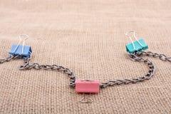 Clips coloridos colocados en la lona de lino fotografía de archivo libre de regalías