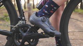 Clips de ciclo del zapato en pedales Concepto de ciclo Chainring y cierre de la rueda de la bici para arriba C?mara lenta almacen de metraje de vídeo
