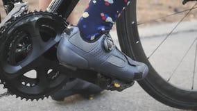 Clips de la muchacha del ciclista en zapatos del camino en pedales antes del entrenamiento de la raza Chainring y cierre de la bi almacen de metraje de vídeo