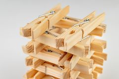Clips de madera para atar la ropa interior lavada en una secuencia Accesorios caseros naturales viejos fotos de archivo libres de regalías