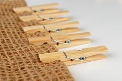 Clips de madera para atar la ropa interior lavada en una secuencia Accesorios caseros naturales viejos foto de archivo libre de regalías