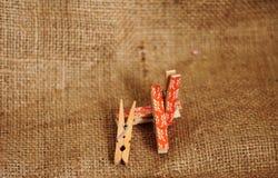Clips de madera para fijar las fotos y más foto de archivo libre de regalías