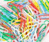 Clips de papel coloridos Fotos de archivo