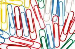 Clips de papel coloridos aislados en blanco Imagenes de archivo