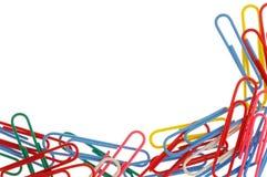 Clips de papel coloridos aislados en blanco con el espacio de la copia Imagen de archivo libre de regalías