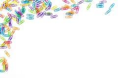 Clips de papel coloridos aislados en blanco con el espacio de la copia De nuevo a concepto de la escuela imagenes de archivo