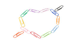 Clips de papel coloridos bajo la forma de corazón Imagen de archivo libre de regalías