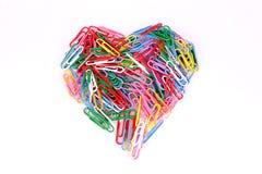 Clips de papel coloridos de la forma del corazón Imagen de archivo