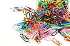 Clips de papel coloridos en caja de acrílico en el fondo blanco Fotos de archivo libres de regalías