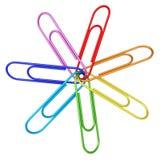 Clips de papel coloridos encadenados juntos en blanco Imagen de archivo libre de regalías