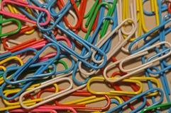 Clips de papel en diversos colores Fotografía de archivo
