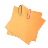 Clips de papel en los papeles Fotos de archivo