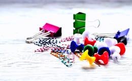 Clips de papel de los clips de papel en un fondo no uniforme gris Imágenes de archivo libres de regalías