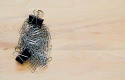 Clips de papel y clips de la carpeta en un escritorio con el espacio de la copia Fotografía de archivo libre de regalías