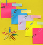 Clips et papier de note colorés Photo stock