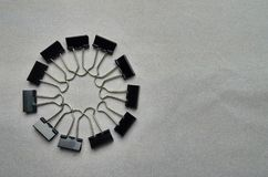 Clips negros metálicos de papel de la carpeta fotos de archivo libres de regalías