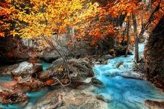 Cliquetez le paysage avec la cascade d'Erawan dans la forêt tropicale Kanchanaburi, Thaïlande photos stock