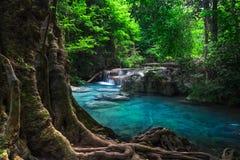 Cliquetez le paysage avec la cascade d'Erawan Kanchanaburi, Thaïlande Photographie stock libre de droits