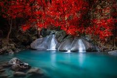 Cliquetez le paysage avec la cascade d'Erawan Kanchanaburi, Thaïlande image libre de droits