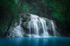 Cliquetez le paysage avec la cascade d'Erawan Kanchanaburi, Thaïlande Images stock