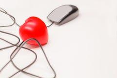 Cliquez sur dessus la souris d'ordinateur pour vérifier, ouvrir, découvrir ou ouvrir ce qui est à l'intérieur du coeur Contrôle d Photographie stock