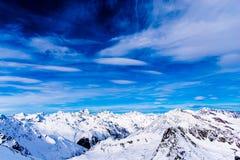 Cllouds, céu azul e montanhas imagens de stock royalty free