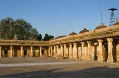 Cloître Colonnaded de tombe historique de Mehmud Begada Images libres de droits